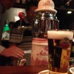 Stap 6: als laatst wordt het biertje gepresenteerd aan de klant, uiteraard met het logo naar dek klant