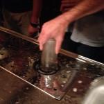 Stap 3: het glas wordt op het fonteintje van het aanrechtblad gekoeld